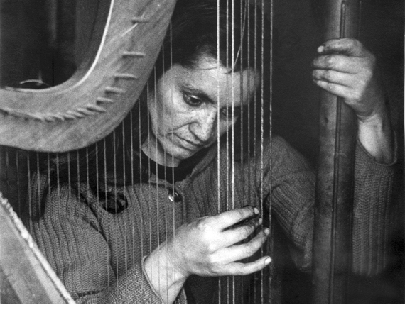 Violeta Parra playing the harp
